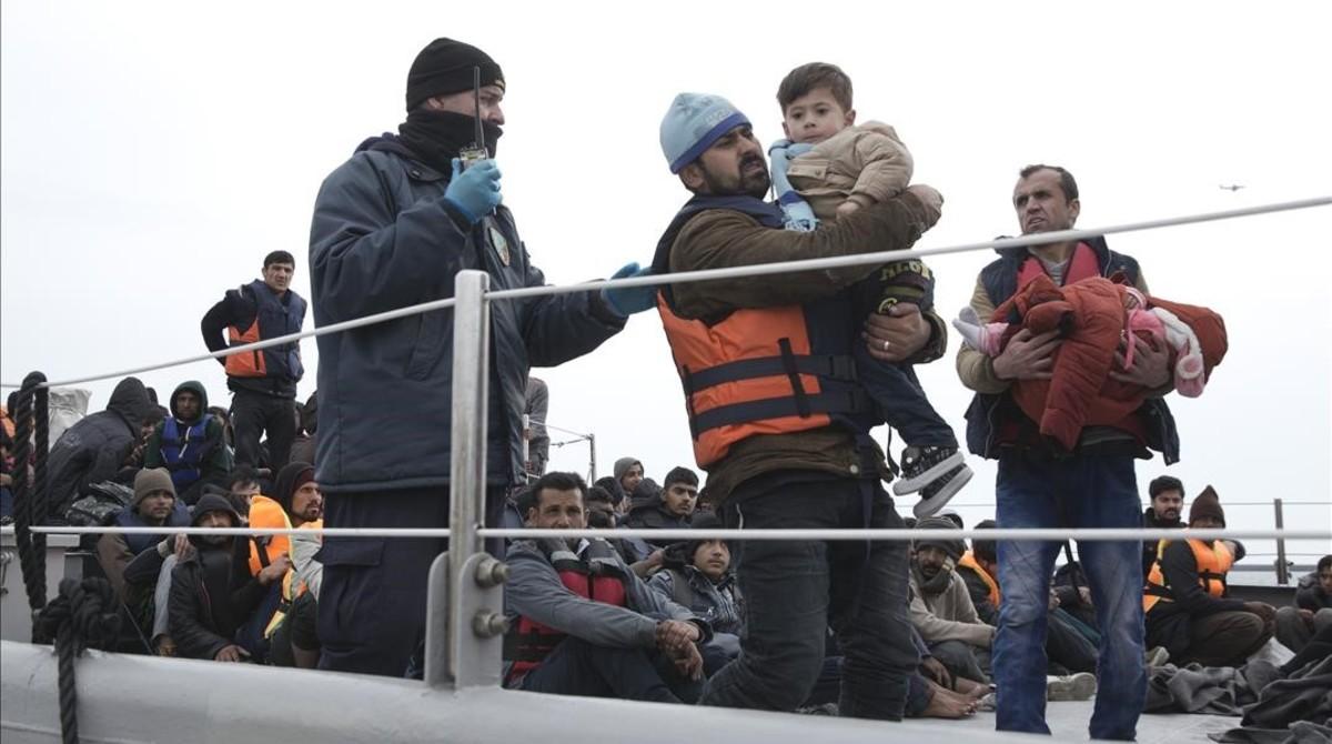 Desembarco de inmigrantes y refugiados en Lesbos, tras ser rescatados por los guardacostas griegos.