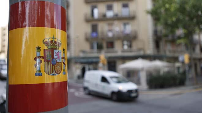 Aparecen centenares de pegatinas de banderas españolas en área de Barcelona
