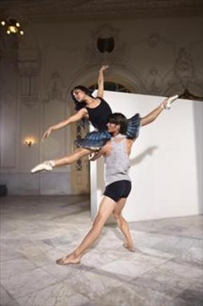 Dos integrantes de Acosta Danza, una formación que impulsa el encuentro de bailarines de diversos estilos.