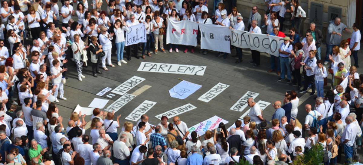 Unas 500 personas se concentraron en la Plaça de Sant Roc de Sabadell secundando la concentración #Parlem?.