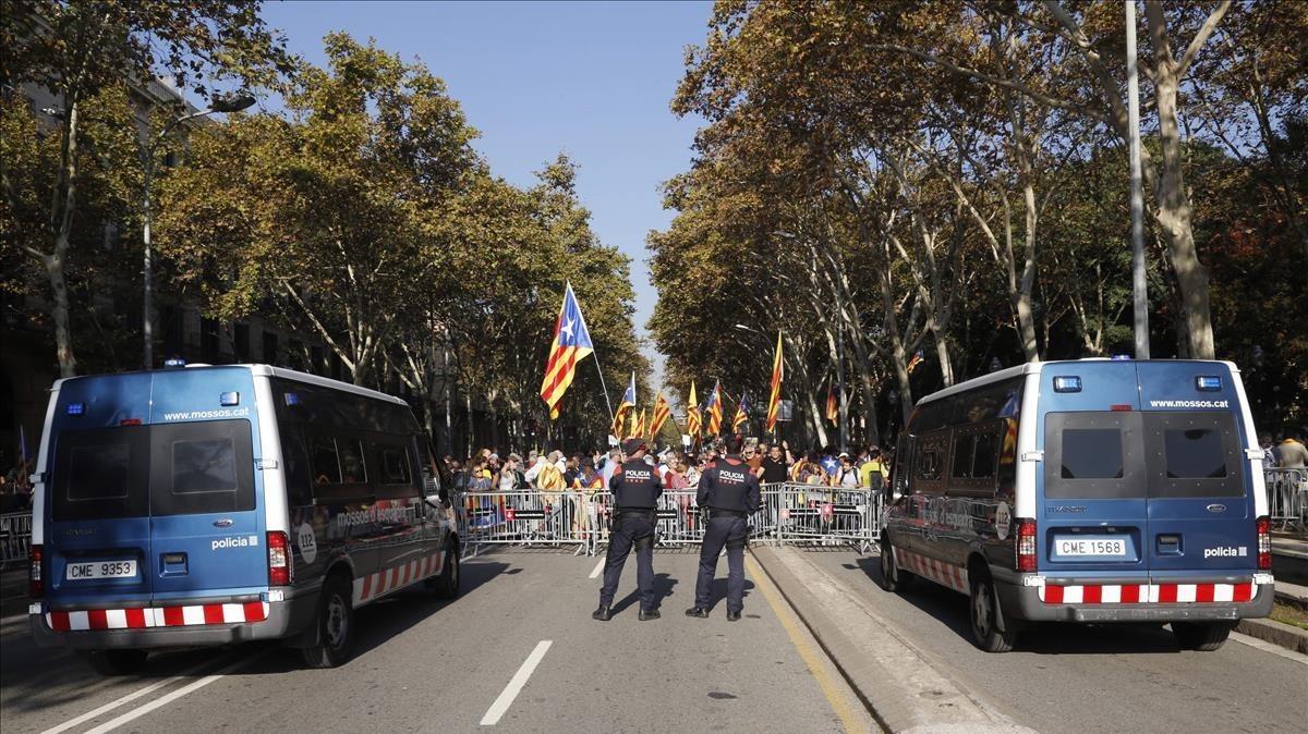 Mossos ante la concentracion en el Passeig Picasso