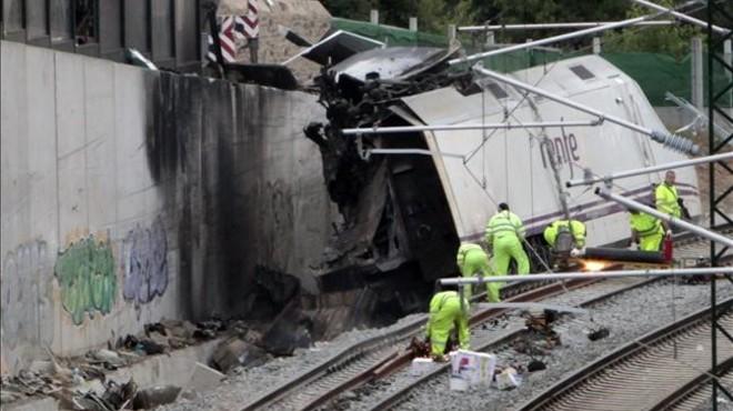 Estado en que qued� el tren Alvia tras el accidente de la curva de Angrois, a la entrada de Santiado de Compostela.