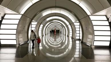 Aspecto de los pasillos de la estación de metro de Fonvizinskaya en Moscú, Rusia.