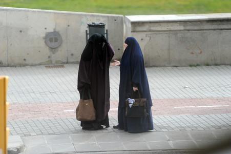 Dos musulmanas vestidas con el burka, en una calle de Lleida.