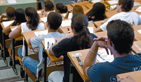 Estudiantes a punto de comenzar un examen de selectividad.