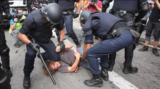 """Un dels mossos que van carregar contra els indignats de Barcelona admet que va clavar """"innombrables"""" cops"""