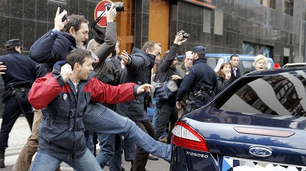 Los trabajadores de Canal 9 abuchean a Fabra en un nuevo acto