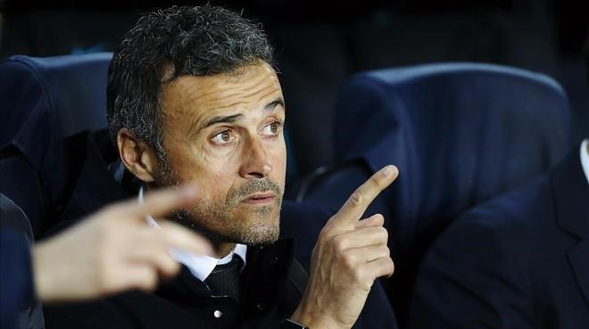 Luis Enrique da instrucciones a sus jugadores en el Barça-Borussia del Camp Nou.