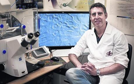 Manel Esteller, en un laboratorio del Institut de Recerca Biom�dica de Bellvitge (Idibell), en L'Hospitalet.