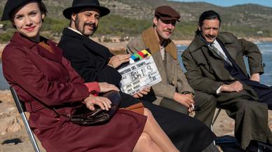 Aura Garrido, Hugo Silva, José Manuel Poga y Nacho Fresneda, protagonistas de la serie de TVE-1 'El Ministerio del Tiempo', en un descanso del rodaje en Peñíscola.