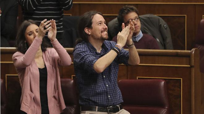 Pablo Iglesioas y los diputados de unidos podemos aplauden a los estibadores presentes entre el público.