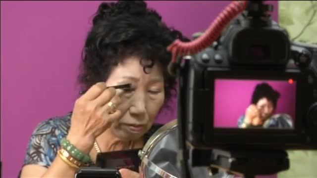 Una 'youtuber' de 70 años triunfa en Corea del Sur con sus consejos de maquillaje