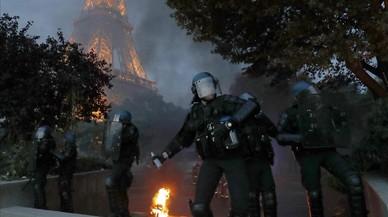 La policía lanza gases lacrimógenos para frenar los disturbios en la zona anexa a la 'fanzone' de la Torre Eiffel.