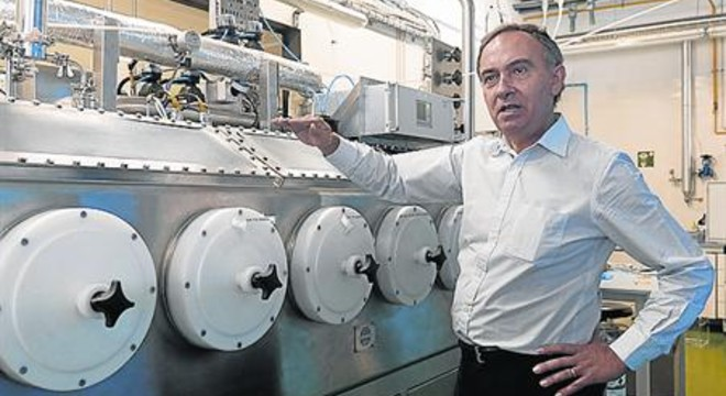 El profesor Francesc G�dia, junto al reactor donde 'residen' las ratas.
