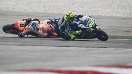 Rossi y M�rquez (ca�do), en el incidente de Sepang del pasado 25 de octubre.