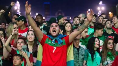 Seguidorersde Portugal siguen en París el partido ante Gales.