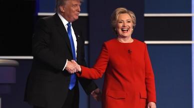Trump y Clinton se saludan al final del primer debate de candidatos, el lunes en Nueva York.