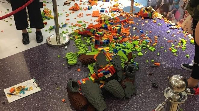Un nen fa caure una escultura de Lego valorada en més de 13.000 euros i la fa miques