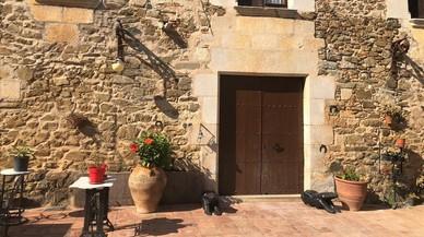 Cinc encaputxats intenten assaltar una masia de Vilablareix i ruixen la propietària amb un extintor