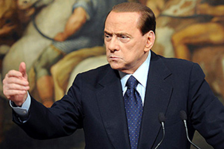 El primer ministro italiano Silvio Berlusconi compareciendo en rueda de prensa.