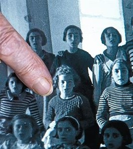 Ángeles Fernández se reconoce como una de las niñas que posan en la escuela del centro de refugiados.