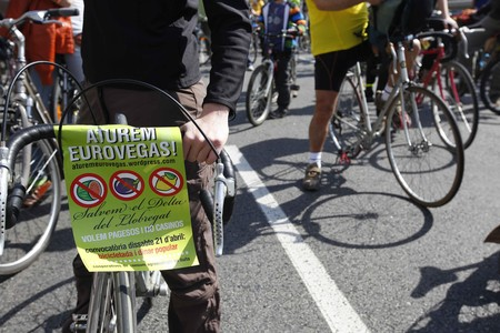 Protesta en contra de Eurovegas, en la que participaron tractores y bicicletas, que hicieron un recorrido desde Plaa Espanya hasta los terrenos donde se podra ubicar el macrocomplejo.