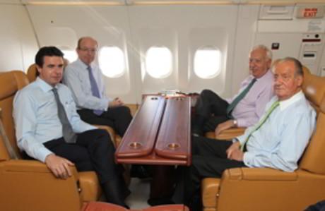 De izquierda a derecha, el ministro de Industria, José Manuel Soria; el jefe de la Casa del Rey, Rafael Spottorno; el titular de Exteriores, José Manuel García-Margallo, y el Rey, en el avión que los ha llevado a Rusia.