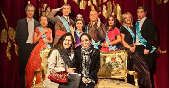 Dos asistentes posan, en el Teatre Vict�ria.