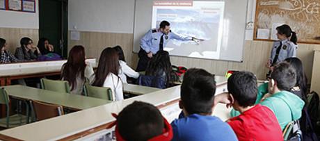 Unos mossos imparten una charla sobre violencia de género en una escuela de Mollet.