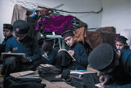 Los alumnos de una clase en precariedad en la provincia de Khiber Pakhtunkha (Pakistn).
