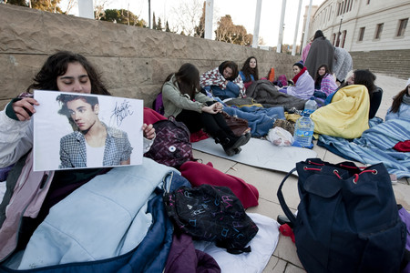 Fans de Bieber esperan el Palau Sant Jordi, el viernes.
