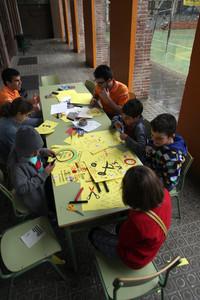 Un grup de nens fan treballs manuals durant la tancada a l'institut La Sedeta, ahir a Barcelona.