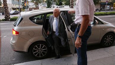El 'expresident' sale de casa sin un zapato por un esguince