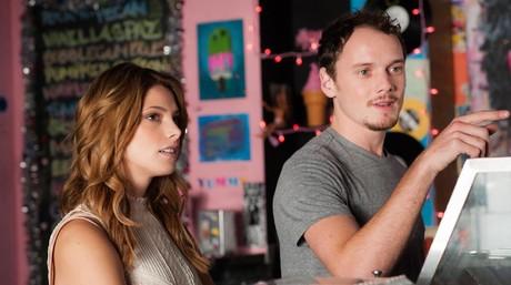 Ashley Green yAnton Yelchin,en una imagen de 'Burying the ex'