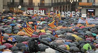 Concentraci�n en la plaza de Sant Jaume de Barcelona, abarrotada pese a la lluvia.