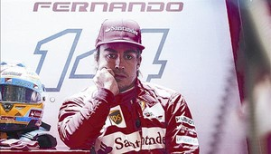 Alonso, pensativo, en el boxe de Ferrari, en el pasado Gran Premio de China en Shanghái.