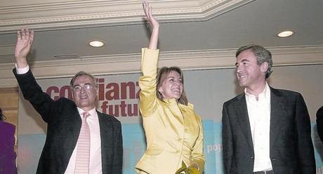 La actual secretaria general del PP, Dolores de Cospedal, junto a �ngel Acebes y a Jos� Manuel Molina, en un acto electoral de hace siete a�os.