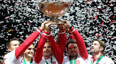 De izquierda a derecha, Marco Chiudinelli, Roger Federer, el capit�n Severin Luthi, Stanislas Wawrinka y Michael Lammer, el equipo suizo de la Copa Davis, con el trofeo