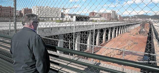 Estructura recién acabada del enorme edificio de avituallamiento de los trenes AVE junto a la futura macroestación de La Sagrera, ayer.
