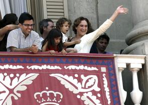 Ada Colau, con su hijo en brazos, este domingo en el balcón del ayuntamiento durante una diada castellera.