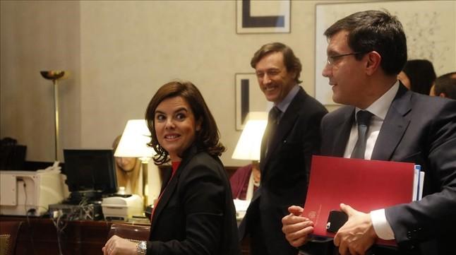 La vicepresidenta en funciones, Soraya Saénz de Santamaría, esta tarde en el Congreso recogiendo su acta de diputada.