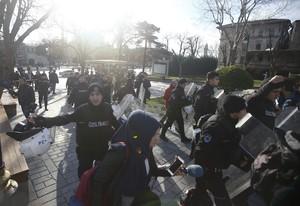 La policía acordona la zona de la explosión en Estambul