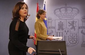 La vicepresidenta, Soraya Sáenz de Santamaría, y la ministra de Agricultura, en la rueda de prensa posterior al Consejo de Ministros.