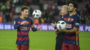 Messi y Suárez se retiran del campo con un balón cada uno, recuerdo de sus respectivos hat trick.