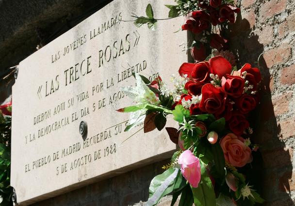 Placa conmemorativa en memoria de las Trece Rosas, en el cementerio de la Almudena de Madrid.