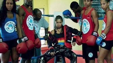 Adriana Lima 'boxeja' per ajudar els joves de les faveles