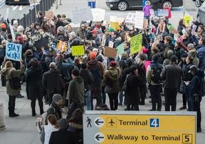 REFUGIADOS Manifestación en el aeropuerto <br/>JFK de Nueva York contra el cierre de fronteras.