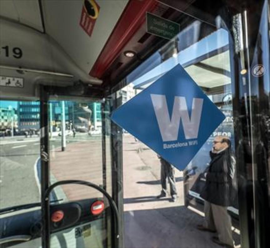 Distintivo de Barcelona Wifi en un autobús de TMB.
