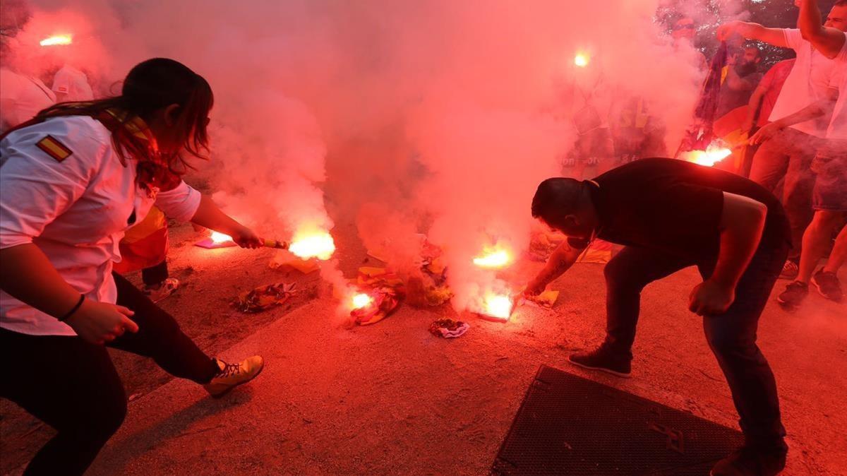 Los manifestantes de la extrema derecha han quemado senyeras durante su concentración.