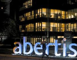 Una mujer pasa por delante de la sede de Abertis en Madrid.